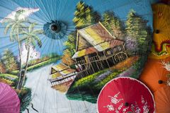 Guarda-chuvas/guarda-chuvas coloridos, fundo colorido do papel Foto de Stock