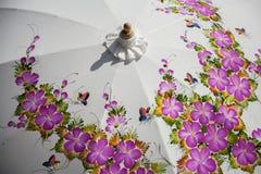 Guarda-chuvas/guarda-chuvas coloridos, fundo colorido do papel Imagens de Stock