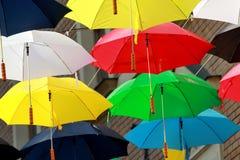 Guarda-chuvas coloridos na rua Fotografia de Stock Royalty Free