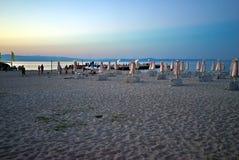 Guarda-chuvas com os vadios do sol na praia Imagem de Stock Royalty Free