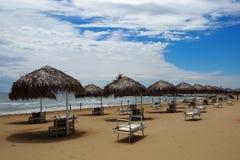 Guarda-chuvas da palha e vadios da praia em um Sandy Beach bonito Fotos de Stock Royalty Free