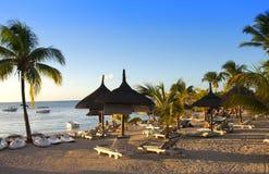 Guarda-chuvas da proteção de Sun, praia, mar Fotos de Stock