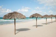 Guarda-chuvas das folhas de palmeira reais, parasole no Sandy Beach no Var Imagens de Stock
