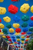 Guarda-chuvas de flutuação Guarda-chuvas do voo da aleia Fotos de Stock Royalty Free