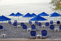 Guarda-chuvas de praia azuis Fotografia de Stock Royalty Free