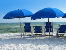 Guarda-chuvas de praia azuis Imagens de Stock