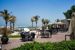 Guarda-chuvas de praia e praia branca da areia O emirado de Ajman verão 2016 Foto de Stock Royalty Free