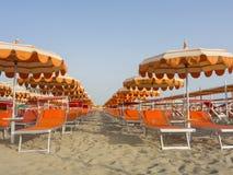 Guarda-chuvas de praia, gazebos e camas do sol em Sandy Beach italianos Região adriático de Emilia Romagna da costa imagem de stock