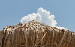 Guarda-chuvas de praia mediterrâneos típicos imagens de stock royalty free