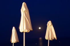 Guarda-chuvas de praia na noite fotografia de stock royalty free