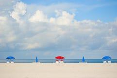 Guarda-chuvas de praia na praia de Clearwater imagem de stock