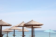 Guarda-chuvas de praia no recurso tropical fotografia de stock