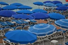 Guarda-chuvas de praia no Riviera fotos de stock