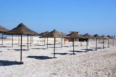 Guarda-chuvas de praia que esperam turistas Imagem de Stock Royalty Free