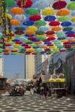 Guarda-chuvas de suspensão coloridos contra o céu azul Rússia, Krasnodar 29 de setembro de 2018 foto de stock royalty free