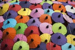 Guarda-chuvas/guarda-chuvas do papel coloridos: Fundo colorido Fotografia de Stock Royalty Free