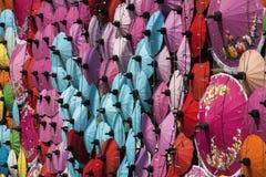 Guarda-chuvas/guarda-chuvas do papel coloridos: Fundo colorido Imagem de Stock