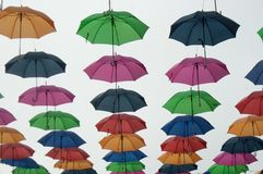 Guarda-chuvas do verão que balançam no ar Imagem de Stock Royalty Free