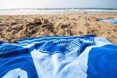 Guarda-chuvas e saco da praia Fotografia de Stock