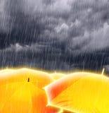 Guarda-chuvas em nuvens de tempestade chuvosas