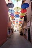 Guarda-chuvas em uma rua de compra na cidade velha de Novigrad, Croácia foto de stock royalty free