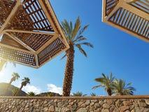 Guarda-chuvas ensolarados claros do céu e de praia no recurso de Eilat; Israel imagens de stock royalty free