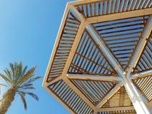 Guarda-chuvas ensolarados claros do céu e de praia no recurso de Eilat; Israel fotografia de stock