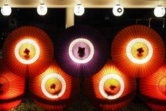 Guarda-chuvas japoneses enlighted na noite foto de stock royalty free