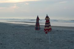 Guarda-chuvas na praia fotografia de stock