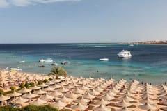 Guarda-chuvas na praia, baía de Makadi, Egito Fotos de Stock Royalty Free