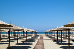 Guarda-chuvas na praia tropical perfeita Fotografia de Stock
