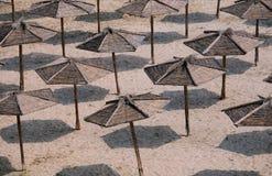 Guarda-chuvas na praia vazia Imagens de Stock Royalty Free