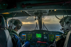 A guarda costeira das caraíbas holandesa - pilotos no nightf Fotografia de Stock