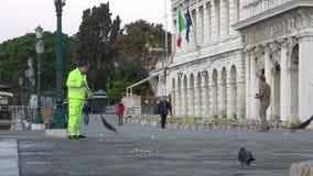 Guarda de serviço no passeio de San Marco no amanhecer Veneza, Italy filme