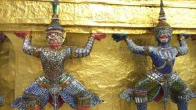 Guarda en Emerald Buddha Temple en Bangkok, Tailandia almacen de video