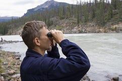 Guarda florestal de parque que olha através dos binóculos Fotos de Stock Royalty Free
