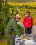 Guarda florestal interpretativo ao longo do parque nacional de geleira da fuga Fotos de Stock