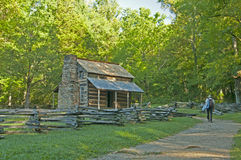 Guarda florestal que anda a uma cabana rústica de madeira velha. Foto de Stock Royalty Free
