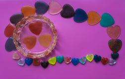 Guarda-joias com corações e corações em um fundo cor-de-rosa-roxo Fotografia de Stock Royalty Free