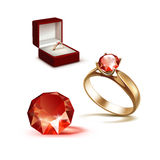 Guarda-joias de Ring Red Shiny Clear Diamond do acoplamento do ouro Fotos de Stock