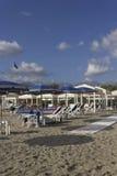 Guarda-sóis na praia de Marina di Massa Imagens de Stock