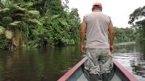 Guardabosques de la reserva de la fauna de Cuyabeno almacen de metraje de vídeo