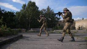 Guardabosques de las fuerzas especiales que asaltan la posición enemiga almacen de metraje de vídeo