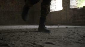 Guardabosques del ejército en la acción durante la operación militar almacen de metraje de vídeo