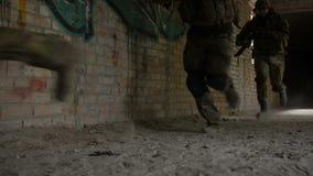 Guardabosques del ejército en la acción en el área del campo de batalla almacen de video