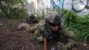 Guardabosques del ejército que se arrastran hacia la posición enemiga metrajes