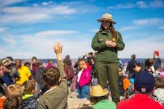 Guardabosques explaning sobre el Gran Cañón a los niños Imagen de archivo