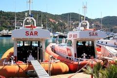 Guardacostas en el puerto de Oporto Santo Stefano, Italia Imagen de archivo
