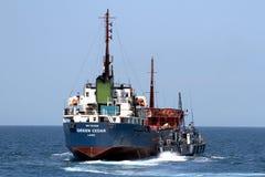 Guardacostas español de las aduanas que controla un buque del motor fotografía de archivo