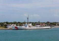 Guardacostas Ship en la estación de la marina de guerra de los E.E.U.U. Imagenes de archivo